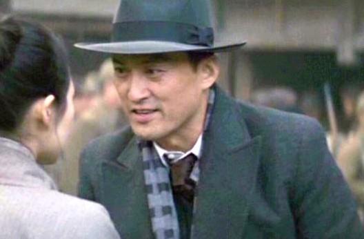 Watanabe Ken sebagai Iwamura Ken Yakusho Koji sebagai Toshikazu Nobu di Memoirs of a Geisha. Photo credit: Columbia Pictures