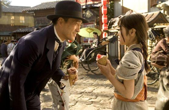 Ketua Iwamura Ken dan Chiyo (Sayuri kecil) di Memoirs of a Geisha. Photo credit: Columbia Pictures