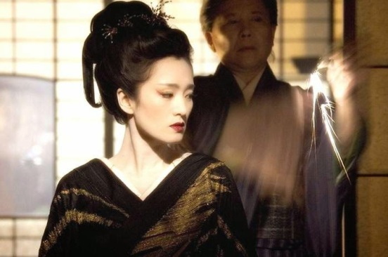 Gong Li sebagai Hatsumomo di Memoirs of a Geisha. Photo credit: Columbia Pictures