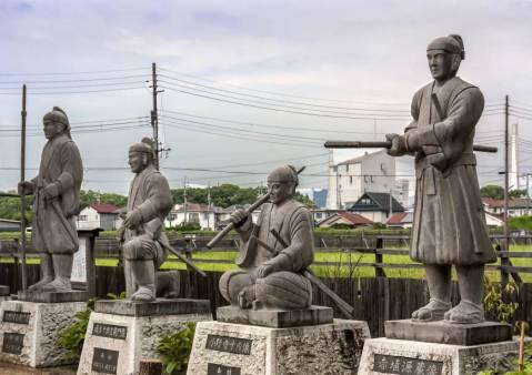 Patung 47 Ronin di Kuil Oishi. Photo by ALON ADIKA via Japan Times