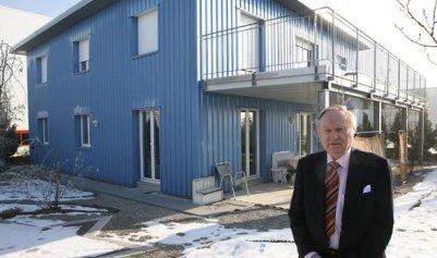 Minelli berdiri di depan salah satu klinik Dignitas. Photo credit: REX