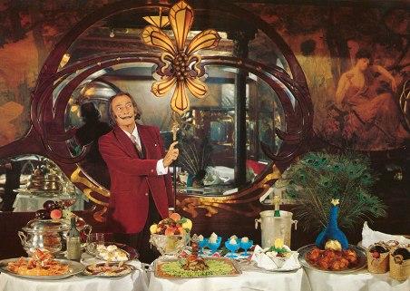 Salvador Dali dalam acara makan malam. Photo credit: