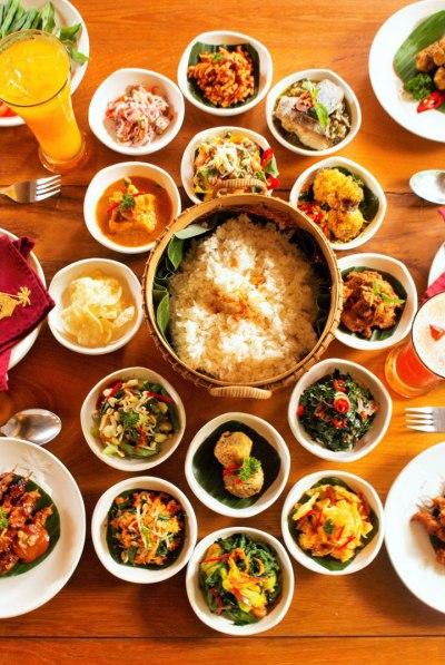 Macam-macam hidangan Indonesia dalam rijsttafel. Photo credit: Hedwig Studio