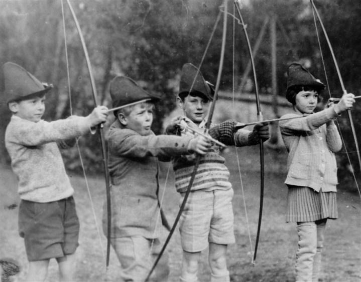 Pangeran Philip (dua dari kiri) bermain dengan teman-teman sekolahnya (1929). Photo credit: Associated Press