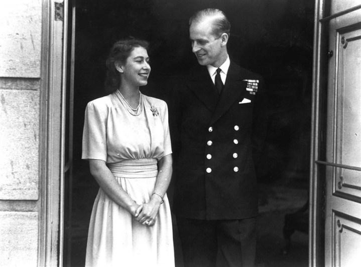 Putri Elizabeth dan Letnan Philip Mountbatten mengumumkan pertunangan (1947). Photo credit: PA/AP