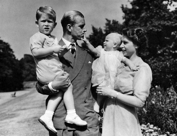 Pangeran Philip, Ratu Elizabeth II, Pangeran Charles, dan Putri Anne di Clarence House (1951). Photo credit: AP