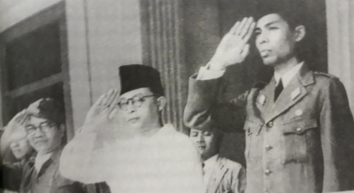 Mohammad Hatta (kiri) dan Jenderal Soedirman (kanan).