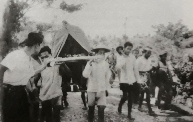 Jenderal Soedirman diangkut dengan tandu saat gerilya.