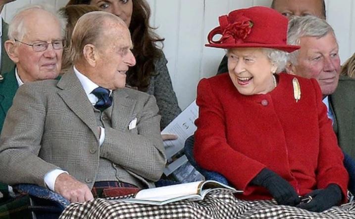 Pangeran Philip dan Ratu Elizabeth II tertawa bersama di Braemar Game. Photo credit: ANDREW PARSONS/I-IMAGES