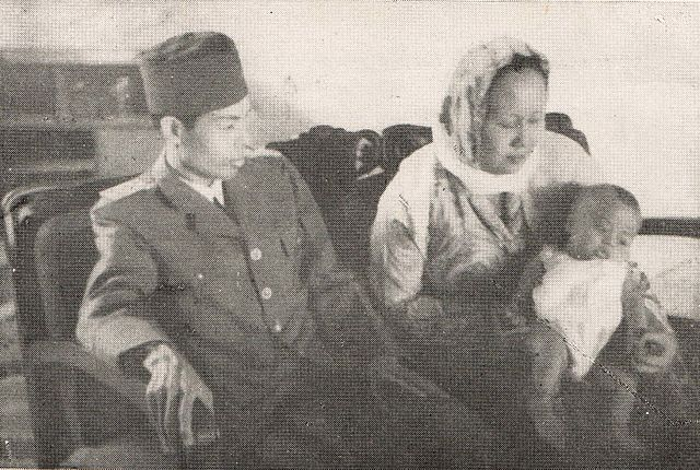 Soedirman, istri (Siti Alfiah), dan anak bungsunya