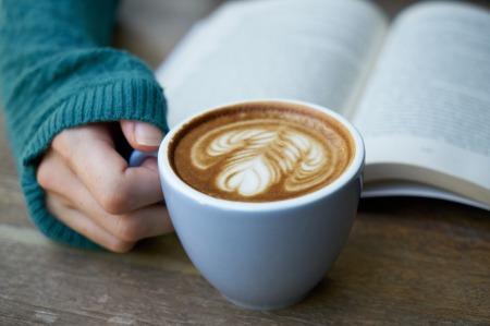 Minuman hangat teman baca buku