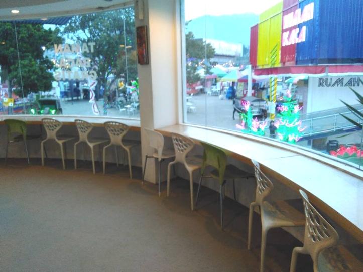 Deretan bangku di ruang baca anak yang menghadap ke gerbang Jatim Park I. Photo credit: Koleksi Pribadi