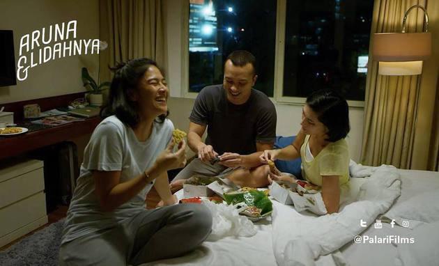 Aruna, Bono, dan Nad di Aruna dan Lidahnya. Photo: Palari Films