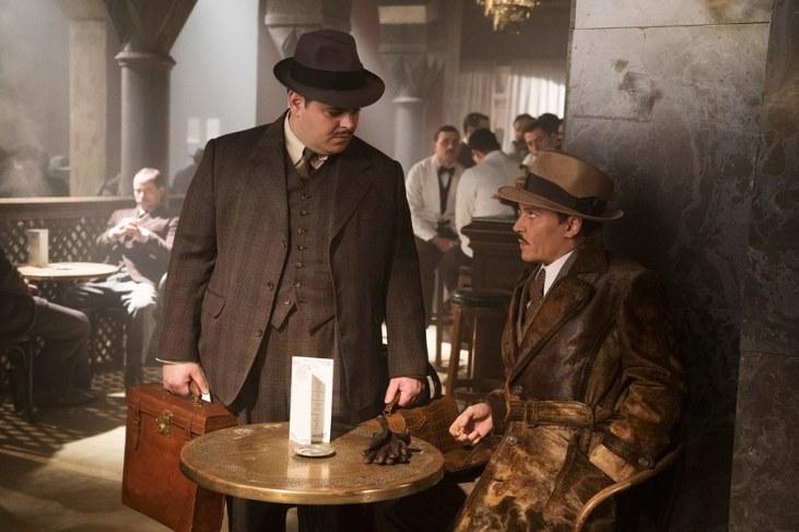 McQueen (Jish Gaad) dan Ratchet (Johnny Depp) di Murder on the Orient Express. Photo: 20th Century Fox