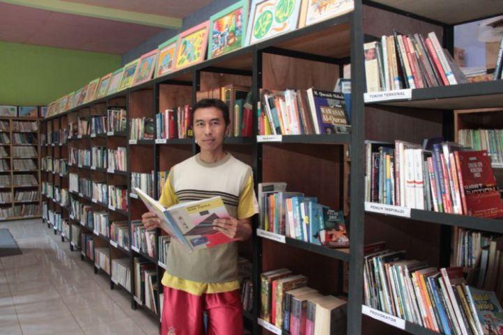 Eko Cahyono di Perpustakaan Anak Bangsa. Photo: Rizky Wahyu Permana
