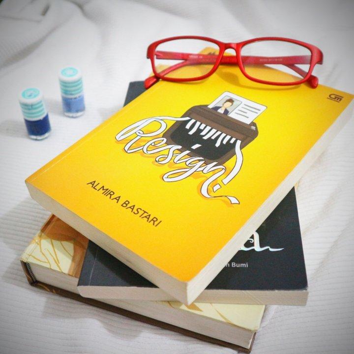 [Review Buku] Senyam-Senyum Tengah Malam Berkat RESIGN!-nya AlmiraBastari