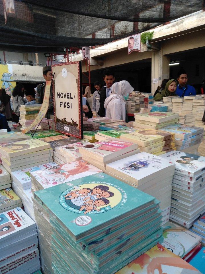 Tumpukan buku di festival literasi Patjar Merah. Photo: Tantri Setyorini