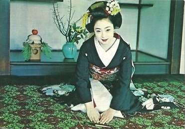 Iwasaki Mineko muda dalam balutan kimono geiko. ©Iwasaki Mineko